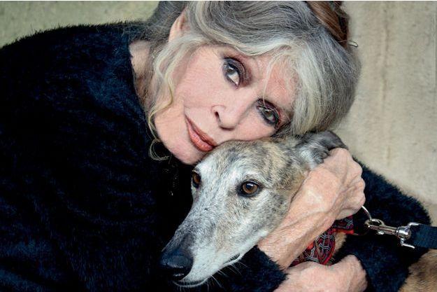 «Vivre avec les bêtes s'apparente à une sorte de maternage. J'ai une aptitude à renifler leurs souffrances.» Brigitte Bardot en 2016, avec l'un de ses neuf chiens.