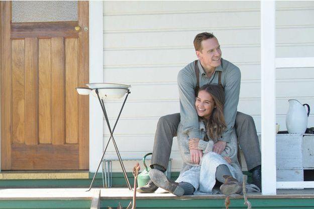 """Alicia Vikander et Michael Fassbender sur le tournage de """"Une vie entre deux océans""""."""