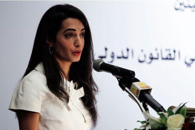 Amal parle lors d'un séminaire à Manama au Bahreïn en janvier 2014.