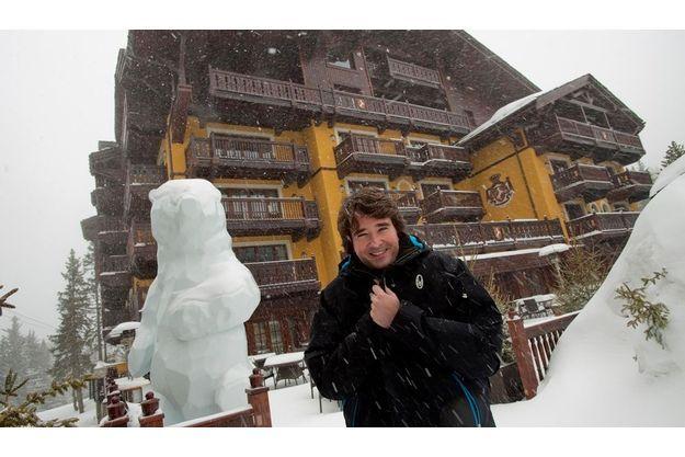 Le 24 mars, Antoine Arnault  nous a reçus dans ce palace  4 étoiles, Cheval Blanc, qui appartient au groupe familial depuis trois ans. Devant l'entrée principale, un ours de glace réalisé par le plasticien Xavier Veilhan.