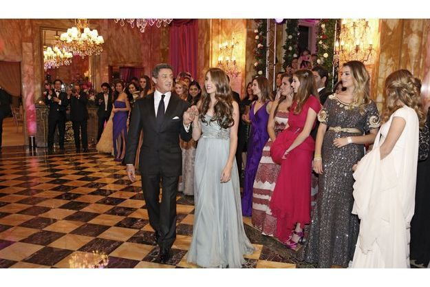23h30, dans l'un des salons de  l'hôtel de Crillon, à Paris. Les invités  ont terminé leur dîner, Sylvester et  Sophia Rose, en robe Elie Saab et bijoux  FD Gallery, s'avancent sur la piste.