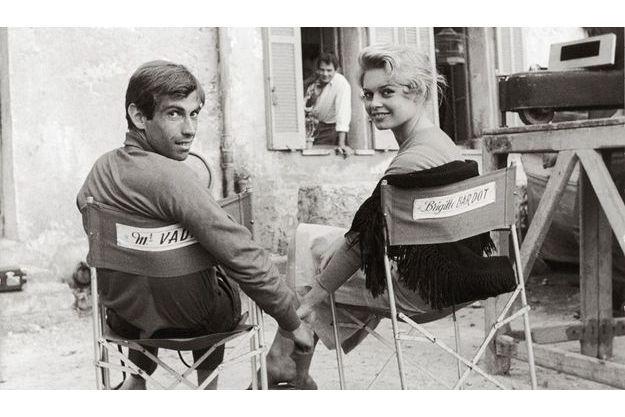 """1956. Brigitte Bardot avec son époux Roger Vadim lors d'une pause sur le tournage de """"Et dieu créa la femme» à Saint-Tropez."""