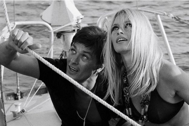 Brigitte Bardot et Alain Delon sur un bateau à Saint-Tropez en 1968.