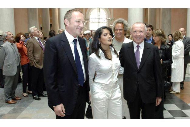 Salma Hayek entre François-Henri et François Pinault lors de I'inauguration du Palazzo Grassi sur le Grand Canal à Venise, le 29 avril 2006.
