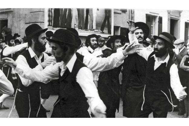 Sur le tournage des «Aventures  de Rabbi Jacob», lors de la  fameuse danse, Ilan Zaoui est derrière  Louis de Funès (au centre).