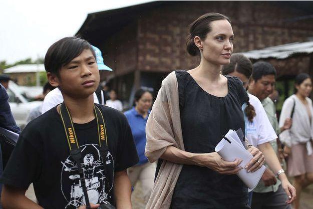 Angelina Jolie et Maddox en Birmanie, 30 juillet 2015.
