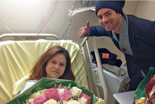 Charlotte dans la chambre d'hôpital avec son cousin.