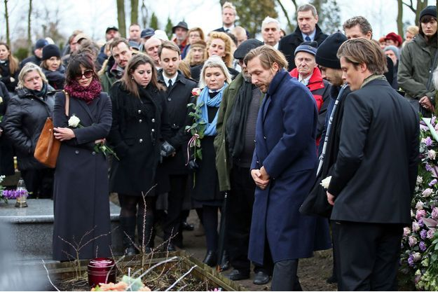 Au cimetière de Gora Kalwaria, près de Varsovie, le 22 février. Vincent (à dr., en bonnet noir) est entouré de ses deux frères, Xavier et Ignace. Andrzej Zulawski est mort le 17 février.