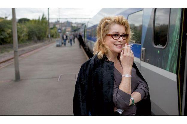 Angoulême : 5 octobre, sur le quai de la gare. Catherine Deneuve va présenter  « Potiche » à Bordeaux.