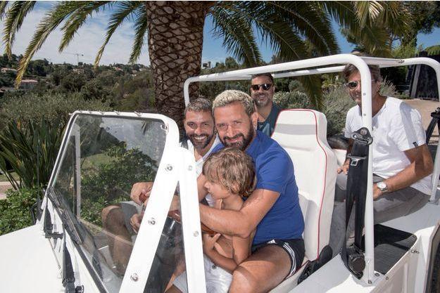 Cyril Hanouna dans sa Mini Moke avec Lino et ses amis d'enfance, le producteur Jean-Rachid (à sa droite), Harry, derrière lui, et Franck.