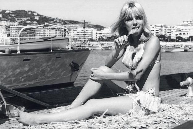 Août1966, à Cannes. France Gall avec une sucette. Comme dans la chanson.