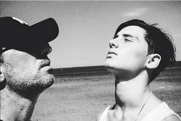 Gad Elmaleh et son fils Noé prennent la pose pendant leurs vacances, le 6 août.