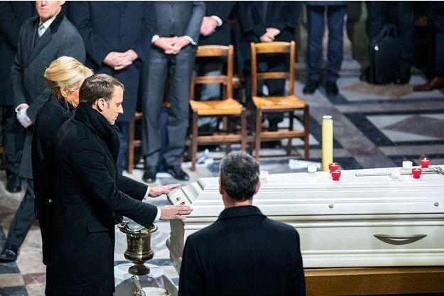 Le président de la République ne bénit pas le corps mais pose longuement les mains sur le cercueil.