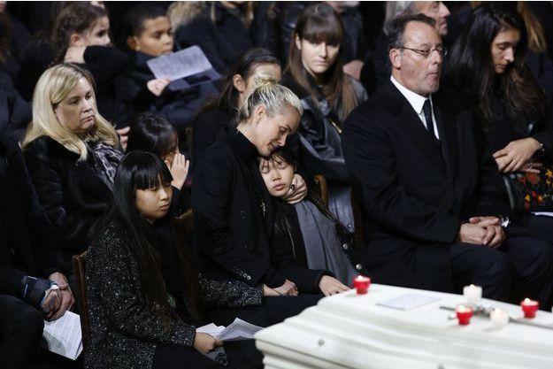 Jean Reno aux côtés de Laeticia Hallyday, Jade et Joy lors des obsèques de Johnny Hallyday, à l'église de la Madeleine.