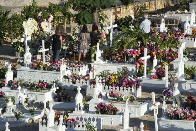 Les fans de Johnny Hallyday se recueillent sur sa tombe, le jour après l'enterrement.