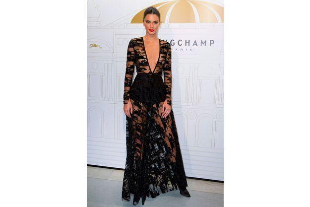 Nue À L1tfjck3 Sa Sous Robe Transparente Jenner Kendall Paris F3ulK1TJc