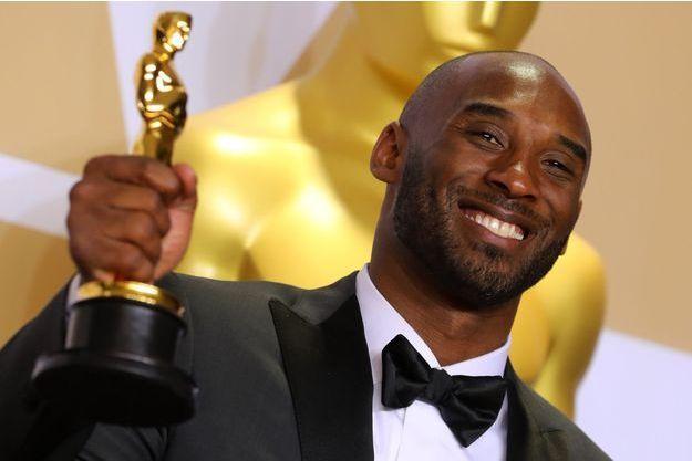 Kobe Bryant tout sourire avec l'Oscar tant convoité dans les mains.