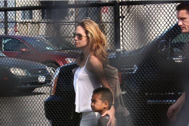 Angelina Jolie et ses enfants à NYC en 2007 avec Mark, son garde du corps.