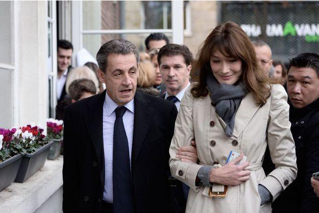 Carla Bruni et Nicolas Sarkozy allant voter au premier tour de la primaire de la droite et du centre