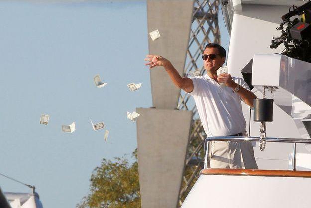 Sur le tournage du film de Martin Scorsese en 2012.  A l'écran Leonardo DiCaprio jette l'argent par-dessus bord, dans la vie c'est plutôt par les fenêtres.