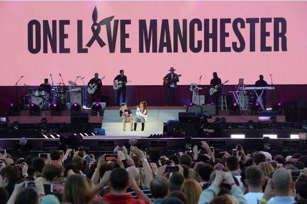 Ariana Grande et Miley Cyrus lors du concert de Manchester, le 4 juin.