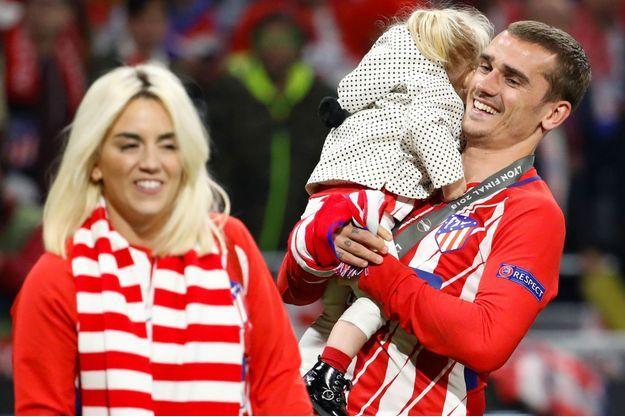 Antoine Griezmann, sa femme Erika et leur petite Mia lors de la victoire de l'Atlético Madrid en Ligue Europa.