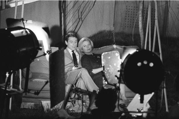 Le 23 décembre 1959 aux studios de cinéma de Boulogne-Billancourt, Michèle Morgan donne la réplique à Robert Hossein, son partenaire et le metteur en scène du film «Les scélérats».