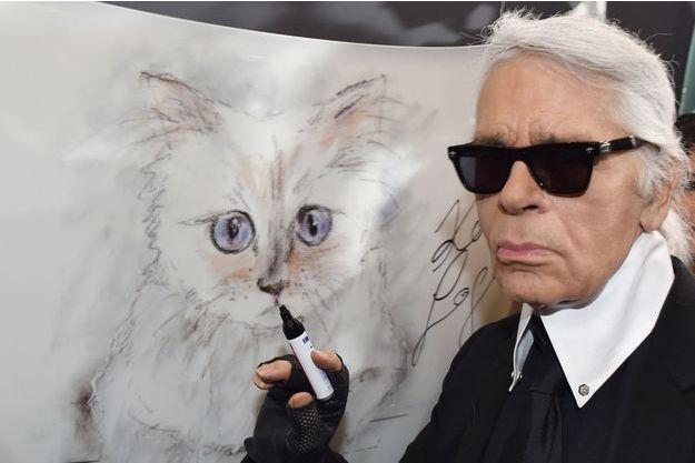 Karl Lagerfeld avec un portrait de sa chatte Choupette à Berlin, le 3 février 2015