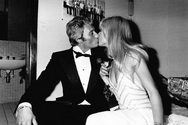 Si Johnny ajuste avec attention les gants de Sylvie et porte le costume de son mariage, ce 11 novembre 1965, c'est qu'un public très spécial attend son entrée sur la scène du théâtre Palladium à Londres : Sa Majesté la reine Elizabeth II