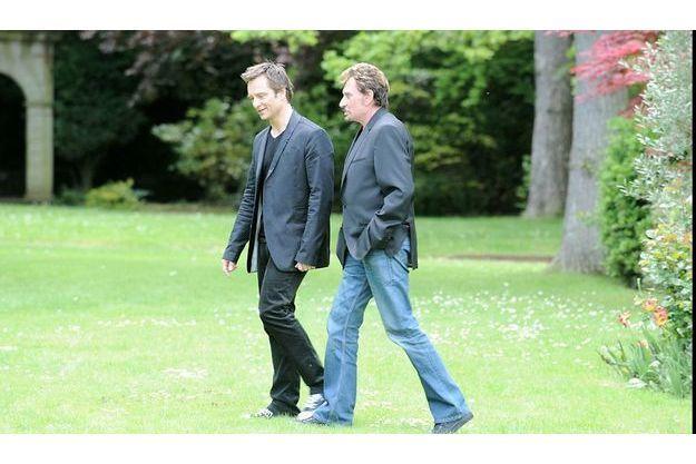 Hallyday côté cour et côté jardin. David et son père dans le parc de la propriété de Marnes-la-Coquette.