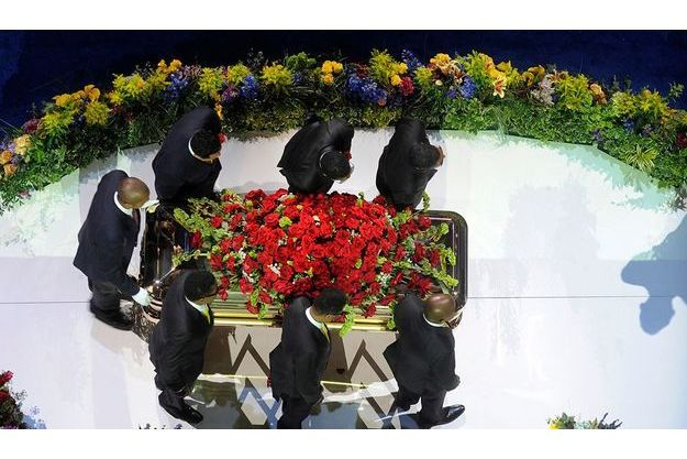 Le cercueil de Michael Jackson porté par ses frères