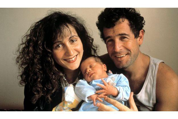 Dans les bras de Johnny et de sa femme, Jennifer : leur fils Jesse.