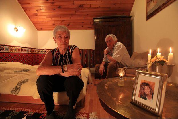 Les parents de Krisztina Cantat-Rady reçoivent Paris Match trois ans après le suicide de leur fille et révèlent leur doute sur les raisons de son acte. Dimanche 18 novembre 2012, dans leur résidence secondaire hongroise, sur le lac Balaton, Csilla et Ferenc Rady posent avec un portrait de leur fille.