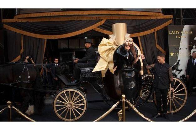 """Le 14 septembre, à New York, Lady Gaga débarque chez Macy's en corbillard vintage pour le lancement de sa nouvelle fragrance, """"Lady Gaga Fame""""."""