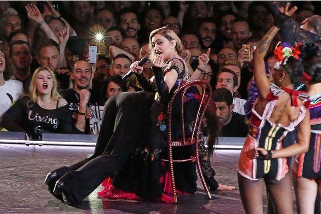 Madonna donne la fessée à l'un des ses danseurs pendant un concert à Amsterdam.