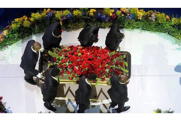 Dernier adieu. Le 7 juillet, au Staples Center, les frères de Michael Jackson (3 en bas, 2 en ht à dr.), Jackie, Tito, Jermaine, Marlon et Randy, portent le cercueil.