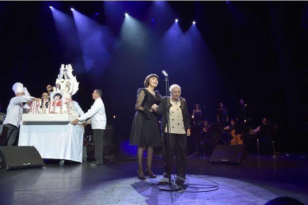 Mireille Mathieu fêtant ses 50 ans de carrière au côté de sa maman en 2014.