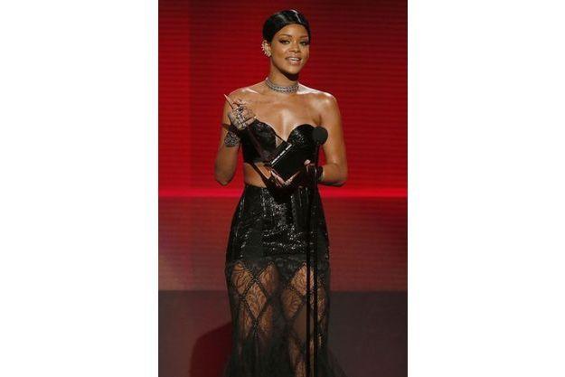 Rihanna reçoit l'ICON Awards lors des derniers AMA's 2013 à L.A