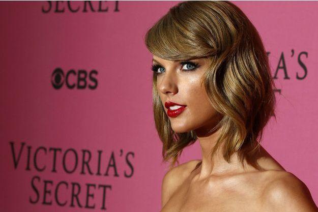 Taylor Swift arrive au défilé Victoria Secret à Londres.