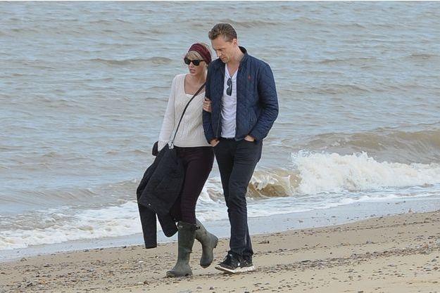 Taylor Swift et Tom Hiddleston sur une plage, le 27 juin 2016.
