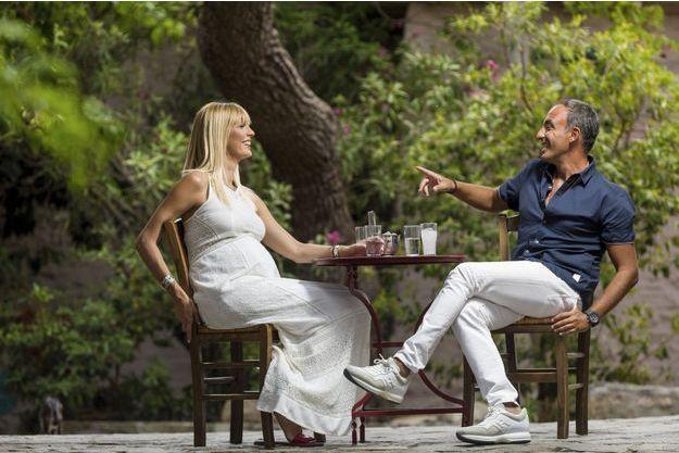 Le 28 août, Nikos Aliagas et Tina dans un petit bistrot.
