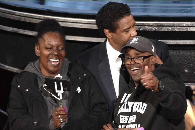 Denzel Washington avec Gary et Vicky, lors de la 89e cérémonie des Oscars.