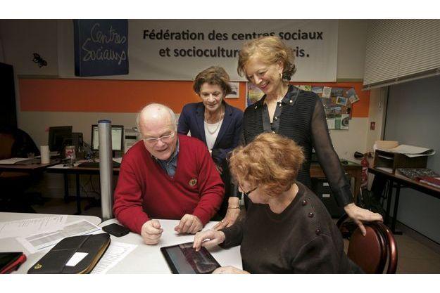 Brigitte Ayrault (debout à dr.) et la ministre aux Personnes âgées Michèle Delaunay (à sa dr.),  à l'espace numérique du Relais59,  le 14décembre.