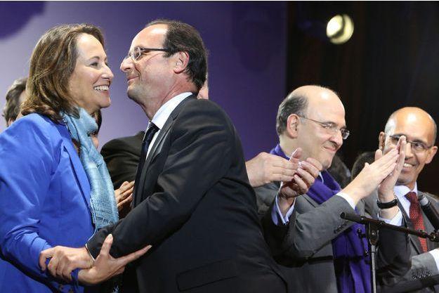 Ségolène Royal félicite son ex-compagnon François Hollande pour sa victoire aux élections présidentielles de 2012, à Paris le 6 mai 2012