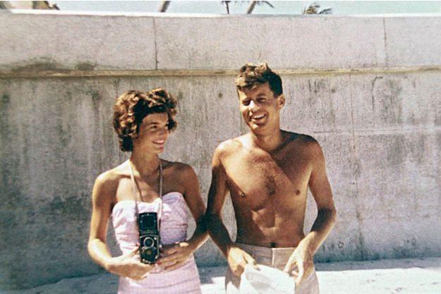 1er mars 1955, devant leur maison de Palm Beach, Floride. Jackie vient de tomber enceinte. John a manqué mourir. Ils sont en train de créer un mythe.