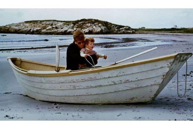 John-John Kennedy dans les bras de son père, John Fitzgerald Kennedy, en 1963.