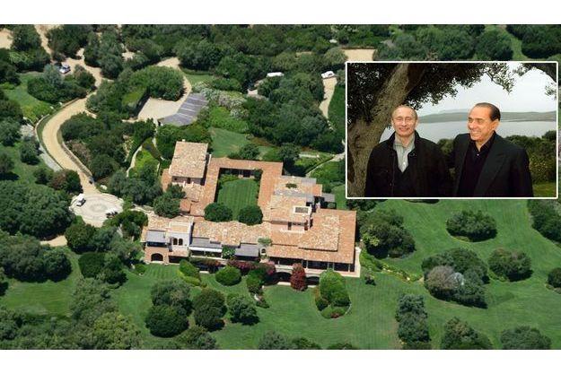 La villa Certosa, en Sardaigne: coin de nature aménagé tout confort avec ses trois villas nichées au coeur de la garrigue et ourlées par l'écume cherche acquéreur, 450 millions d'euros. En médaillon, Silvio Berlusconi recevait Poutine en avril 2008.