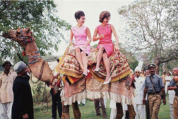 Le 1er mars 1962, à Rawalpindi. Jackie Kennedy et sa soeur Lee visitent à dos de chameau les jardins du président pakistanais, le général Ayub Khan.