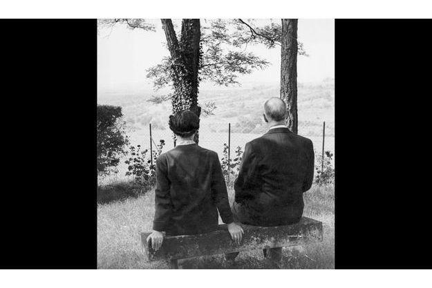 Les de Gaulle rêvant sur le vieux banc de pierre au fond de leur parc de la Boisserie, à Colombey-les-Deux-Eglises (Haute-Marne).