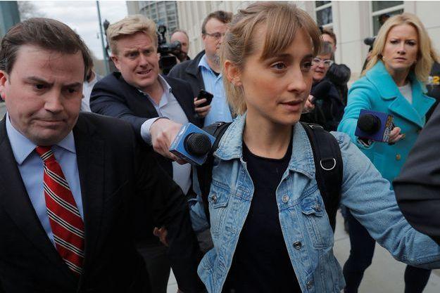 Allison Mack après sa libération sous caution à New York, mardi.